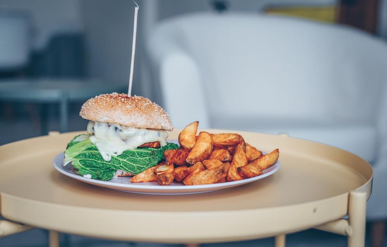 Фото обои тарелка, гамбургер, картофель фри