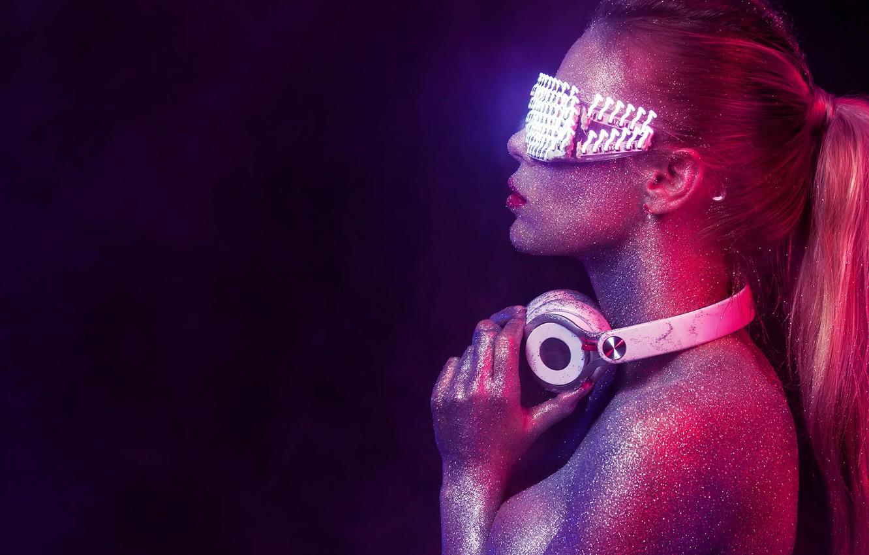 Фото обои цвета, девушка, наушники, блестки, очки, хвост