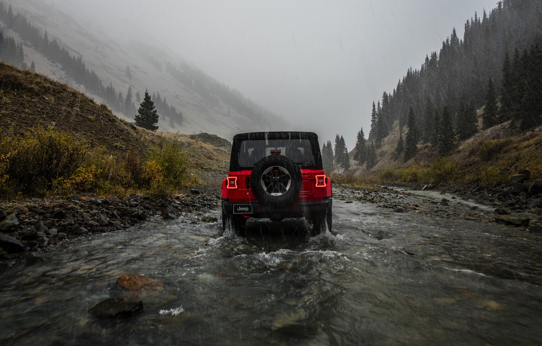 Фото обои красный, дождь, пасмурно, вид сзади, 2018, Jeep, Wrangler Rubicon