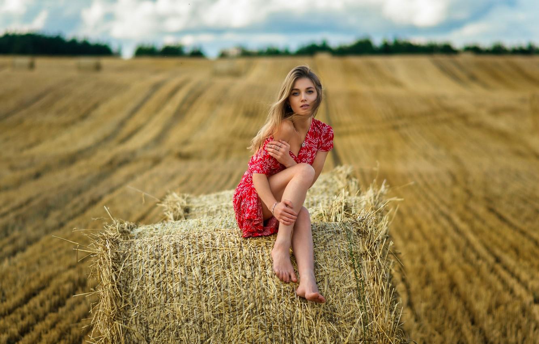 Фото обои поле, небо, взгляд, облака, секси, модель, волосы, горизонт, солома, ножки, милашка, босая, девушка., платьице, плечико, …