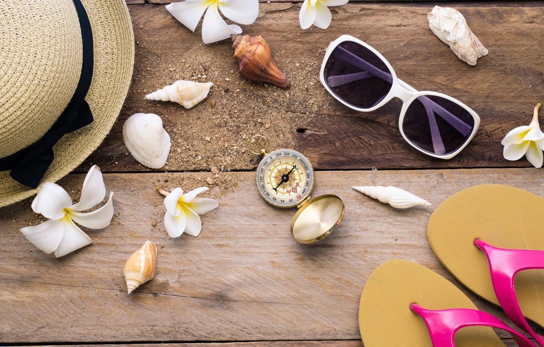 Фото обои пляж, фон, доски, шляпа, очки, ракушки, summer, beach, wood, flowers, marine, плюмерия, plumeria, seashells