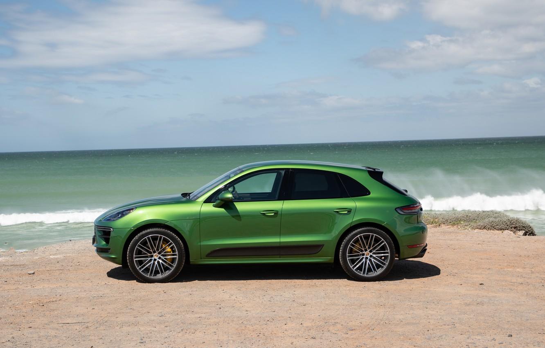 Фото обои песок, море, небо, облака, берег, Porsche, внедорожник, Turbo, кроссовер, Macan, Porsche Macan, 2020, Porsche Macan …