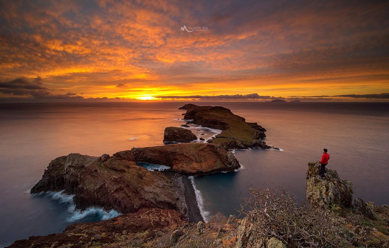 Фото обои море, небо, солнце, облака, закат, камни, скалы, побережье, человек, горизонт, Португалия, Мадейра, архипелаг, Madeira