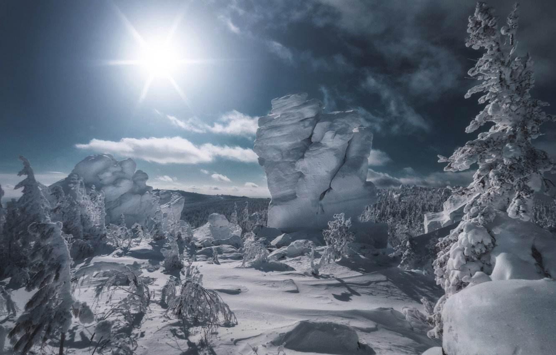 Фото обои зима, солнце, лучи, снег, деревья, пейзаж, природа, скала, камни, гора, ели, сугробы, тени, Урал, Николай …