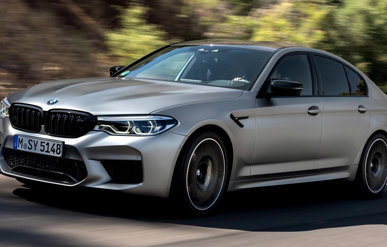 Фото обои дорога, серый, движение, скорость, тень, BMW, седан, 4x4, 2018, четырёхдверный, M5, V8, F90, M5 Competition