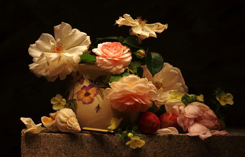 Фото обои цветы, стол, розы, лепестки, ракушка, ваза, черный фон, натюрморт, сливы