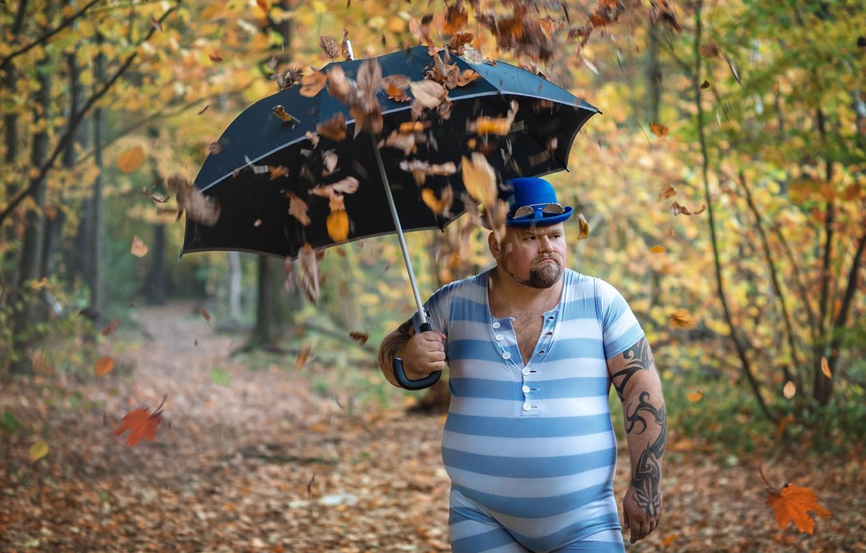 Фото обои осень, листья, зонт, тату, мужчина, листопад, толстяк, трико, Тимофей Трефилов
