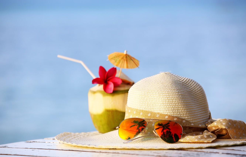 Фото обои пляж, лето, отдых, кокос, шляпа, очки, коктейль, summer, beach, каникулы, drink, coconut, vacation, tropical, sunglasses