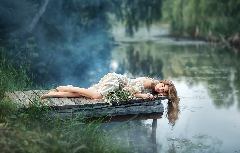 Фото обои девушка, цветы, поза, река, настроение, волосы, ромашки, платье, мостки, закрытые глаза, Анастасия Бармина
