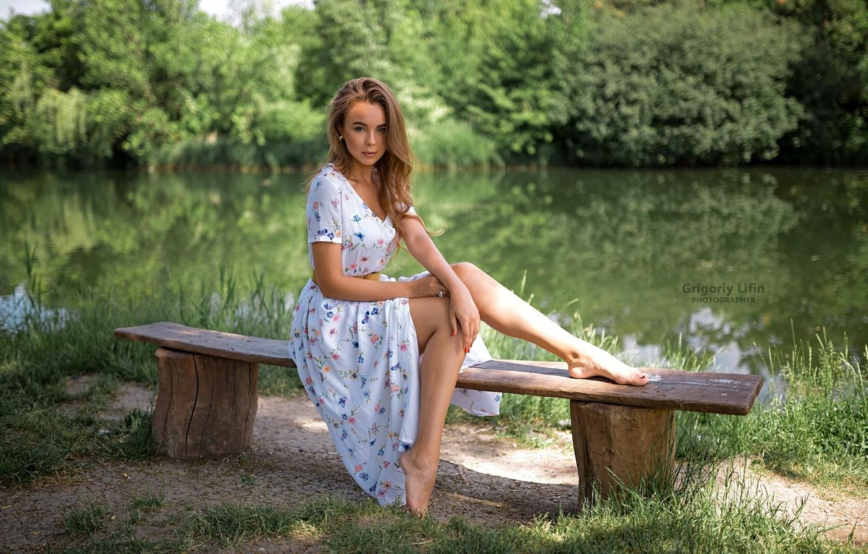 Фото обои зелень, трава, взгляд, солнце, деревья, природа, поза, пруд, парк, модель, портрет, босиком, макияж, платье, прическа, …