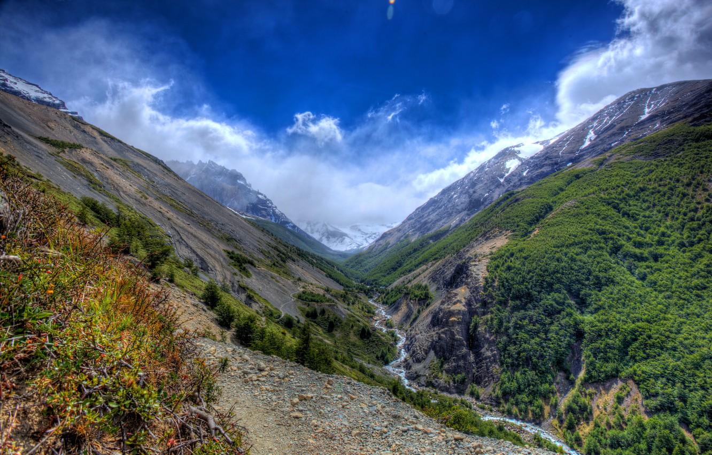 Фото обои небо, облака, деревья, горы, ручей, камни, ущелье, кусты, вид сверху, Чили, заповедник, Torres del Paine ...