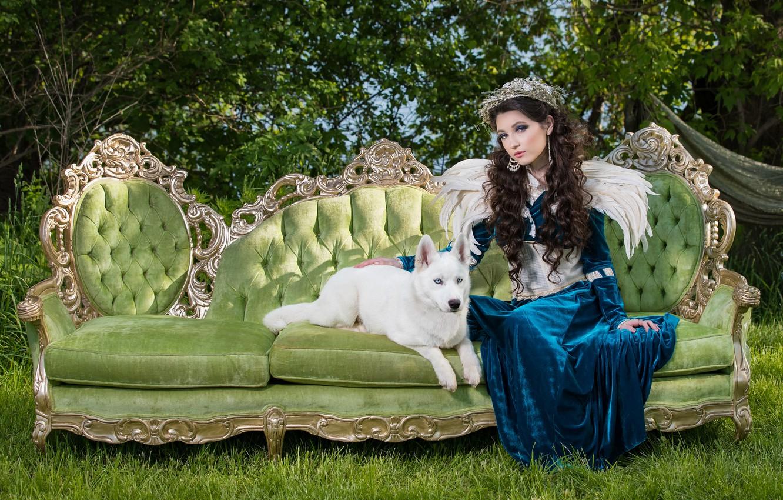 Фото обои лето, трава, девушка, природа, зеленый, стиль, ретро, диван, крылья, собака, перья, платье, брюнетка, щенок, белая, …