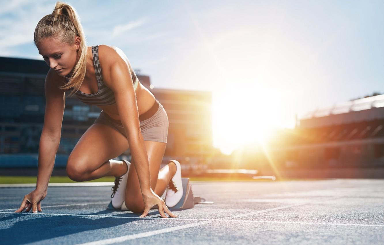 Фото обои девушка, солнце, поза, спорт, шорты, майка, фигура, бег, прическа, блондинка, дорожка, спортсменка, кроссовки, косичка, стадион, …
