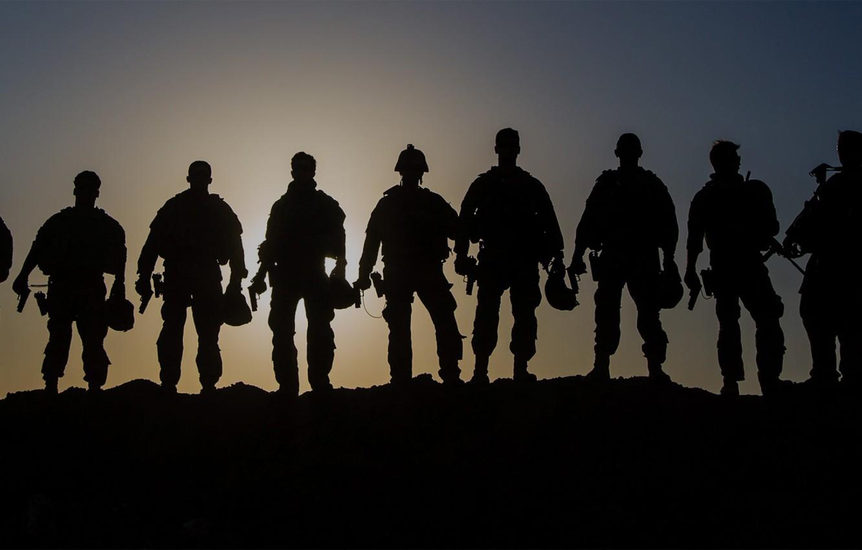 Фото обои закат, оружие, тень, обмундирование, мужчины, бойцы, аммуниция