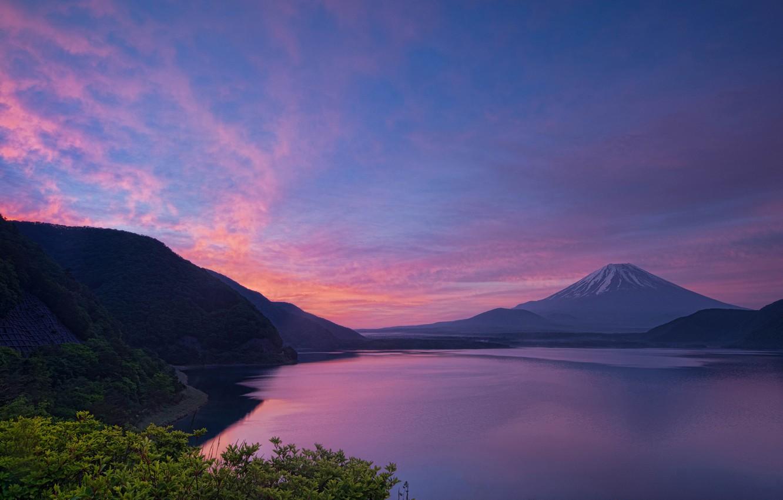 Фото обои небо, листья, пейзаж, закат, горы, холмы, гора, вечер, вулкан, Япония, Фудзи, леса, водоем, берега, Фудзияма, …