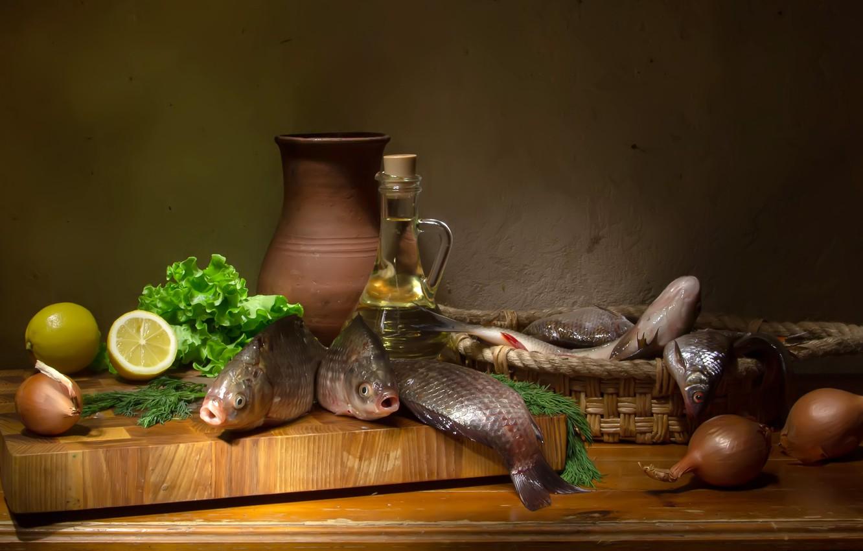 Фото обои рыбы, стол, лимон, бутылка, масло, лук, доска, корзинка, салат, крынка, Татьяна Феденкова