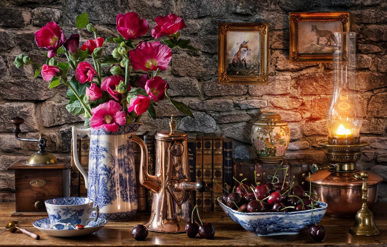 Фото обои цветы, стиль, ягоды, стена, книги, лампа, лиса, кружка, чашка, картины, кувшин, натюрморт, черешня, кофемолка, кофейник, …