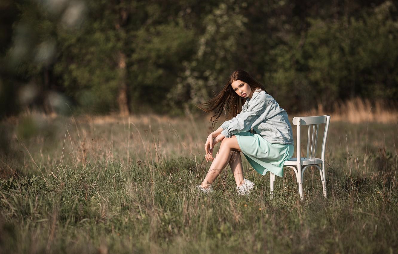Фото обои поле, лето, трава, взгляд, девушка, природа, поза, брюнетка, Васильев Владимир