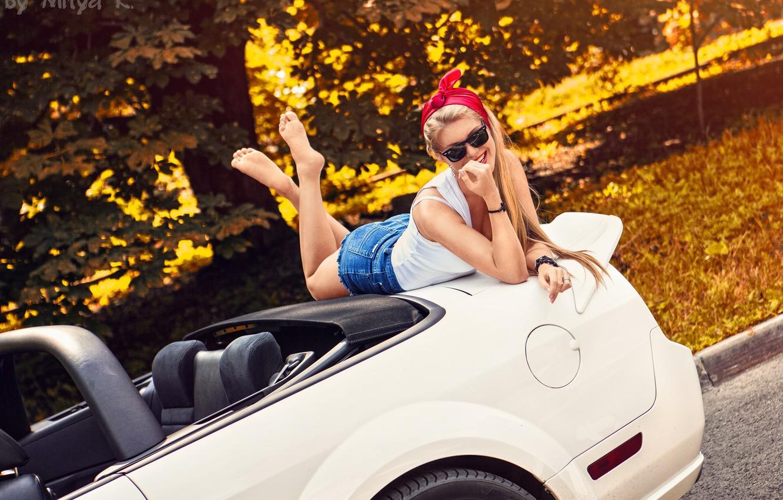 Фото обои car, girl, shorts, long hair, legs, photo, photographer, barefoot, model, bokeh, lips, face, blonde, body, …