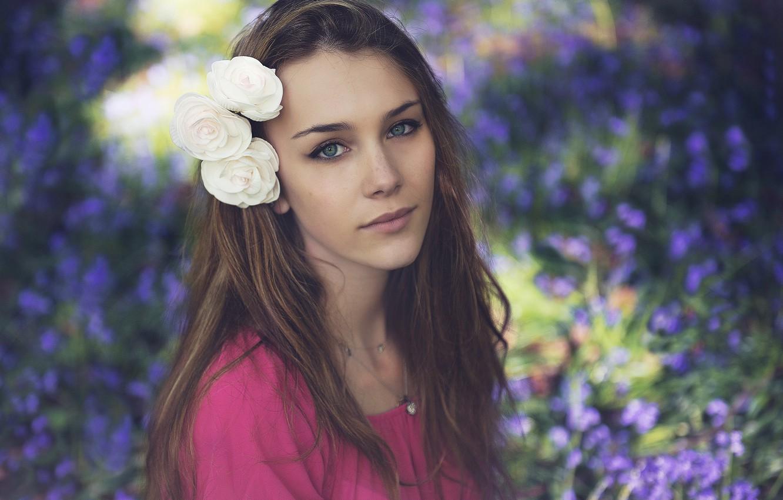 Фото обои цветок, взгляд, девушка, улыбка, волосы, красивая