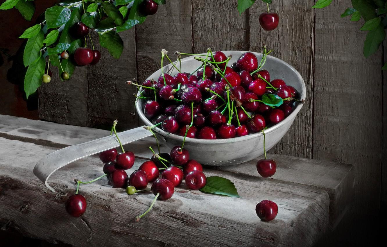 Фото обои листья, ягоды, доски, черешня, дуршлаг