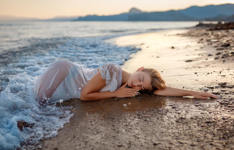 Мокрая девочка на берегу моря