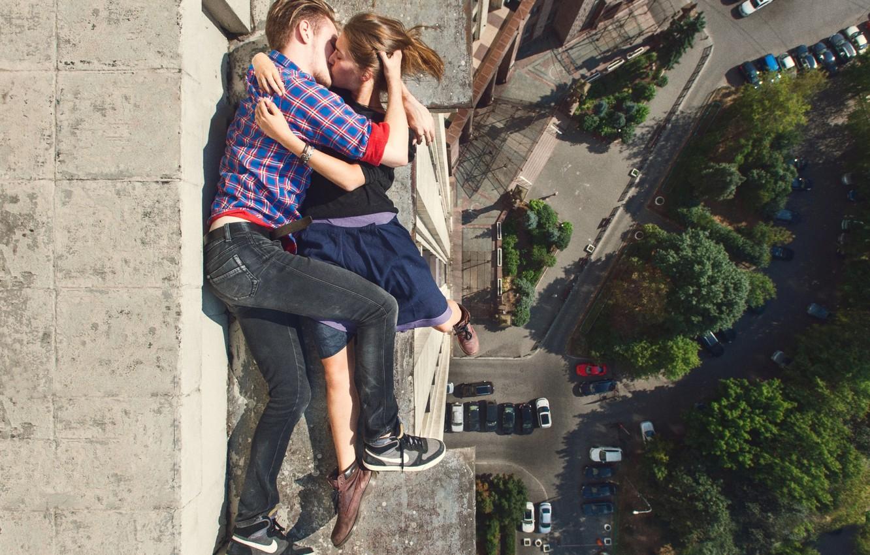 Фото обои любовь, стена, здание, высота, поцелуй, wall, love, она, на краю, building, she, on the edge, …