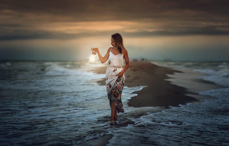 красивая девушка на берегу океана - 5