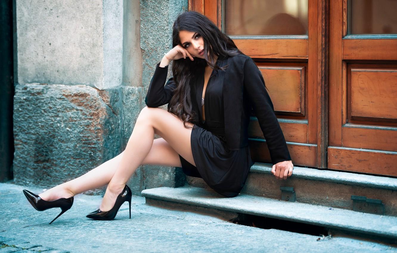 Фото обои взгляд, брюнетка, туфли, ножки, Sabrina