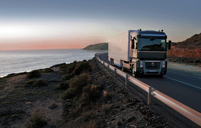 Фото обои дорога, чёрный, побережье, растительность, ограждение, грузовик, Renault, Magnum, седельный тягач, 4x2, полуприцеп, Renault Trucks