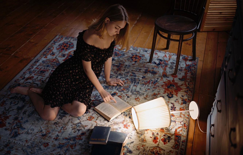 Фото обои поза, ковер, книги, Девушка, стул, плечи, Сергей Жирнов, платьев