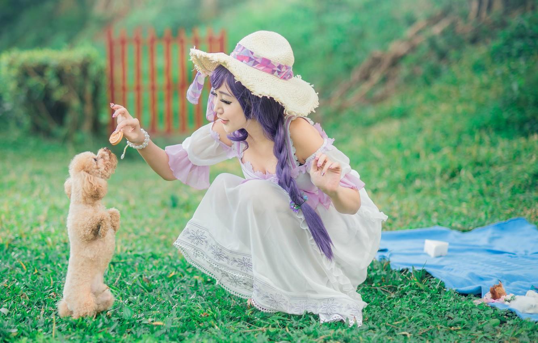 Фото обои зелень, лето, трава, взгляд, девушка, природа, лицо, поза, стиль, фон, настроение, белое, поляна, забор, мило, …