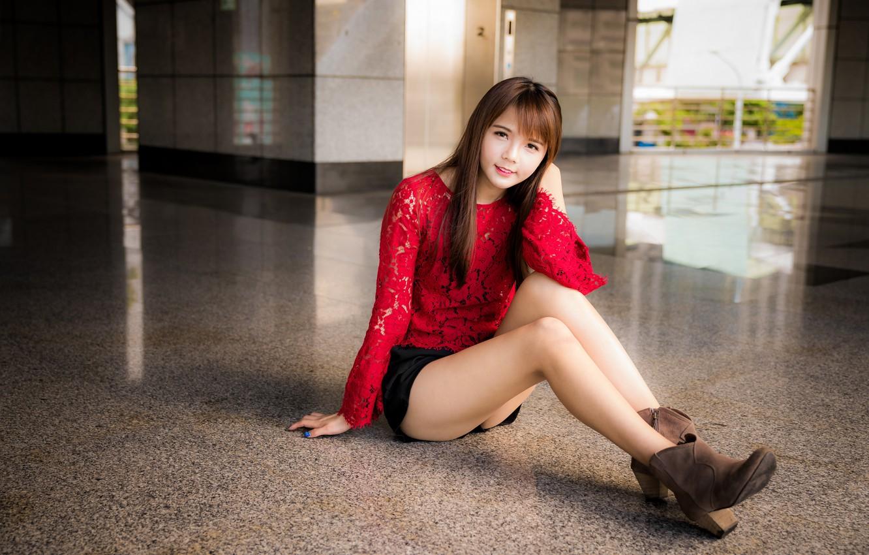Фото обои взгляд, девушка, шорты, блузка, ножки, азиатка, сидит