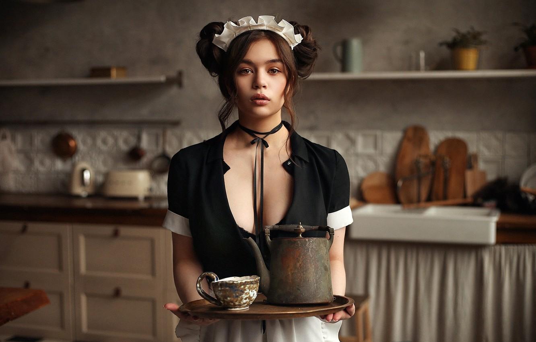 Фото обои взгляд, поза, модель, портрет, макияж, платье, чайник, прическа, кухня, чашка, шатенка, стоит, в черном, поднос, …