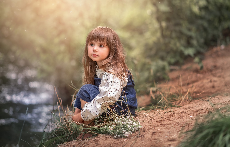 Фото обои задумчивость, природа, река, девочка, малышка, ребёнок, букетик, бережок, Козел Марта