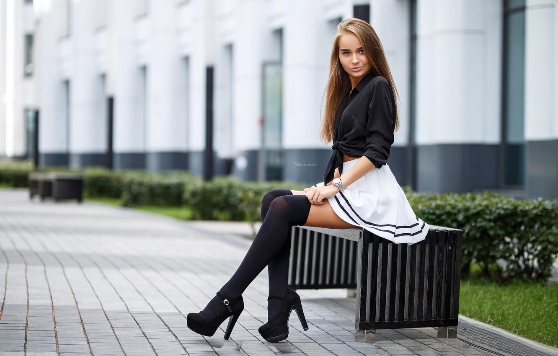 Фото обои девушка, улица, часы, юбка, чулки, фигура, каблуки, шатенка, ножки, сидит
