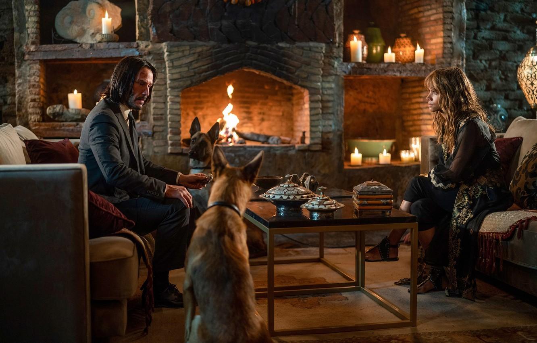 Фото обои собаки, стол, замок, диван, огонь, женщина, свечи, мужчина, fire, камин, Halle Berry, woman, man, Киану …
