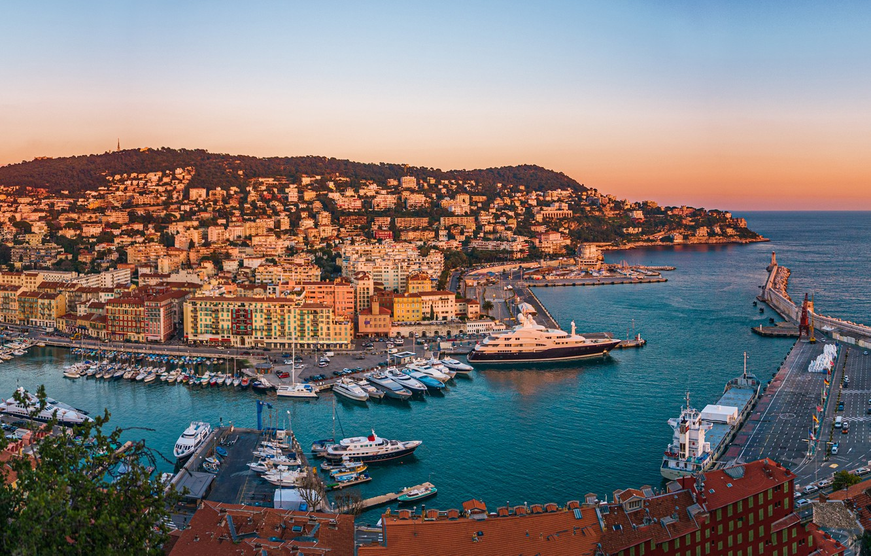 Фото обои закат, скала, Франция, здания, дома, яхты, панорама, France, гавань, Ницца, Nice, Port Lympia, Порт Лимпиа
