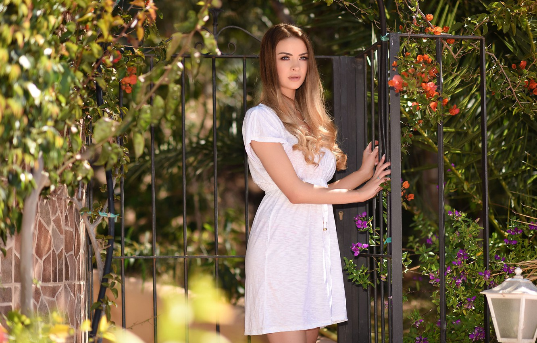 Фото обои листья, забор, платье, фонарь, Emelia Paige