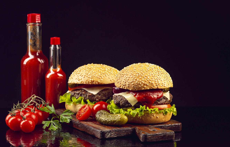 Фото обои бутылки, чёрный фон, гамбургер, кетчуп, огурцы