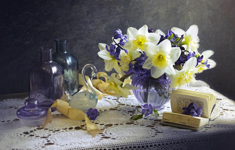 Фото обои цветы, лента, книга, лебедь, натюрморт, салфетка, нарциссы, фигурка, вазочка, гиацинты, бутыли, Лионелла Зимина