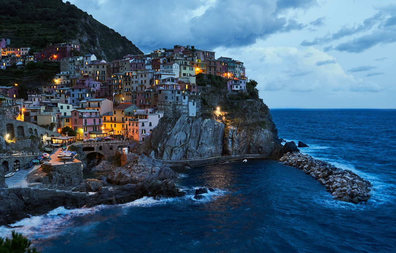 Фото обои море, пейзаж, скала, дома, вечер, освещение, Италия, прибой, посёлок, Manarola, Манарола, Cinque Terre, Чинкве-Терре