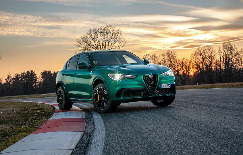 Фото обои закат, фары, вечер, Alfa Romeo, гоночный трек, кроссовер, Quadrifoglio, 2020, Stelvio