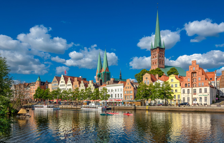 Фото обои небо, река, здания, дома, Германия, Любек, набережная, Germany, теплоходы, Trave River, Река Траве, Lübeck