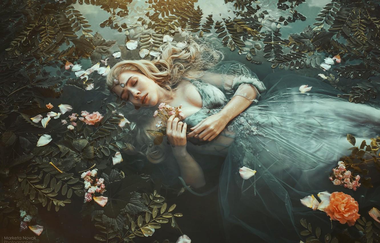 Фото обои листья, вода, девушка, цветы, поза, настроение, ситуация, руки, макияж, платье, закрытые глаза, Marketa Novak, Tereza …