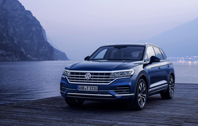 Фото обои синий, озеро, берег, Volkswagen, пирс, Touareg, 2018, SUV, Elegance