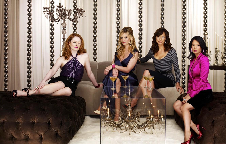 Фото обои белый, женщины, взгляд, стекло, улыбка, фон, диван, бокал, юбка, кольца, серьги, платье, актриса, брюнетка, кольцо, ...