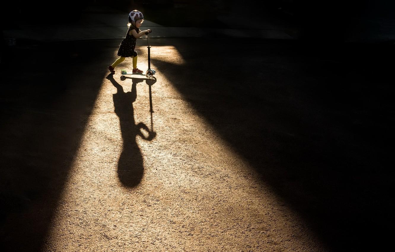 Фото обои свет, тень, девочка, самокат