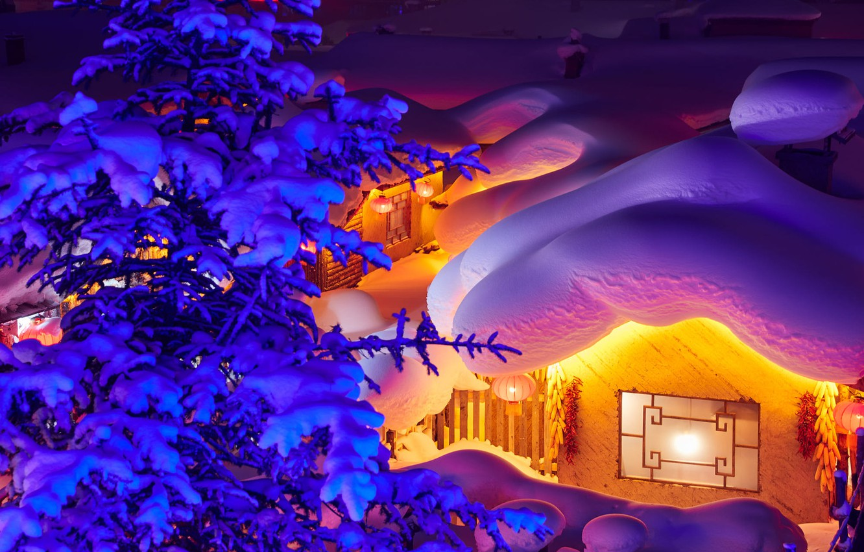 Фото обои зима, снег, ночь, дерево, дома, ель, освещение, Китай, сугробы, фонарики