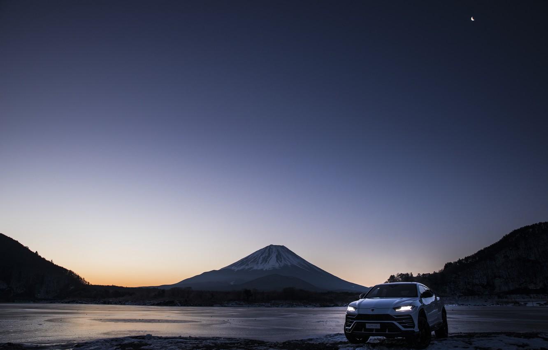 Фото обои гора, вечер, Lamborghini, Япония, сумерки, 2018, кроссовер, Фудзияма, Urus